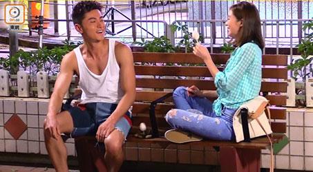 Sầm Lệ Hương và Huỳnh Hạo Nhiên tình tứ ăn chung một cây kem