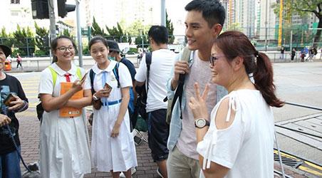 """[Hình ảnh] Hà Quảng Bái bị nữ sinh """"bao vây"""" trên phố"""