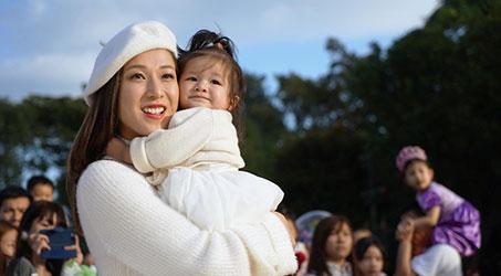 Chung Gia Hân lần đầu tiên cùng con gái 16 tháng tuổi đóng quảng cáo