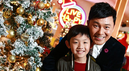 [Hình ảnh] Tào Vĩnh Liêm và con trai cùng tham gia hoạt động Giáng sinh
