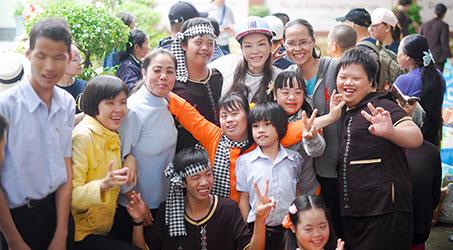 Lý Nhã Kỳ giản dị trong chuyến từ thiện ở Khánh Hòa
