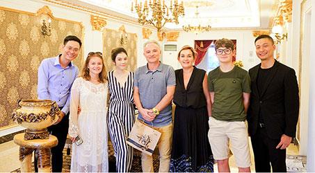 [Hình ảnh] Gia đình nhà sản xuất phim Marc Missonnier đón Tết cùng Lý Nhã Kỳ tại Việt Nam