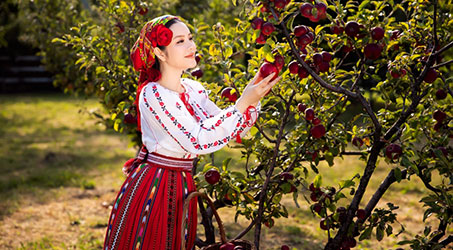 [Thời trang] Lý Nhã Kỳ thật lạ trong trang phục truyền thống của Romania