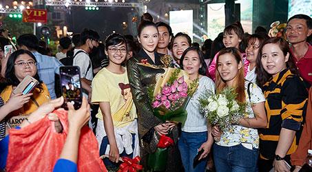 Fan 'bao vây' Lý Nhã Kỳ khi xuất hiện tại Lễ hội áo dài TP. Hồ Chí Minh