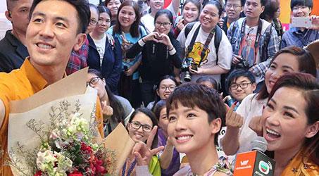 Đàm Tuấn Ngạn và Thái Tư Bối trong buổi Fan meeting tại cửa hàng Vietnamobile