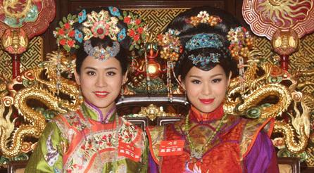 """Cuộc đối đầu giữa Tuyên Huyên và Hồ Hạnh Nhi trong phim """"Vạn phụng chi vương"""""""